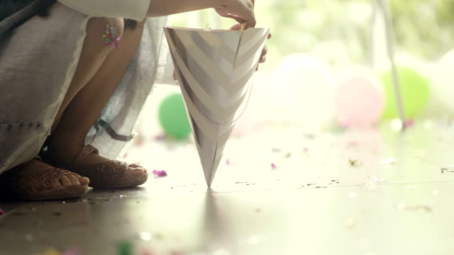 stockvideo's en b-roll-footage met partij confetti - messy