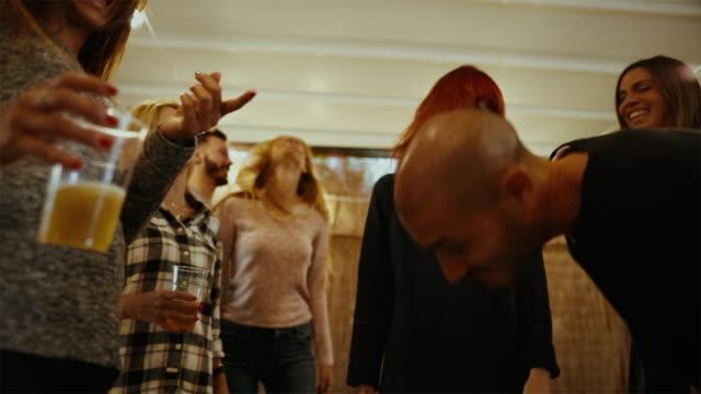 vídeos de stock e filmes b-roll de party friends go wild and dance hard - bater com a cabeça