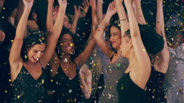 vídeos de stock, filmes e b-roll de noite de festa feita direito - de braço levantado