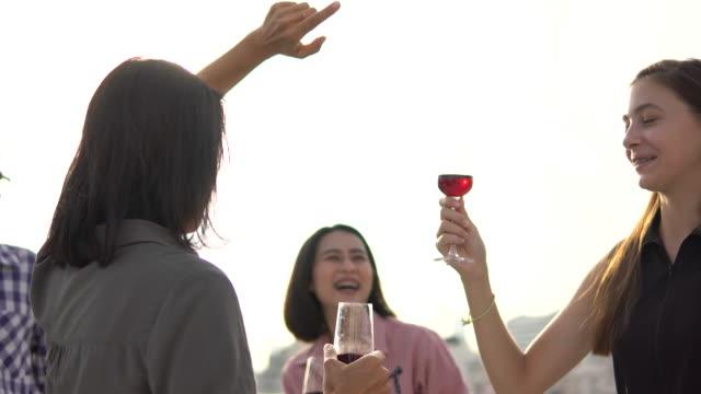 vidéos et rushes de parti sur le toit - party social event