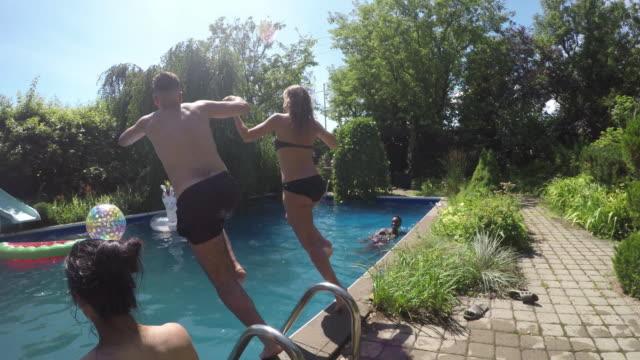 vidéos et rushes de outdoor summer jeunes adultes multi ethnique groupe - explosif