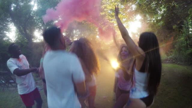 パーティ屋外夏若い大人多民族グループ - 吹きかける点の映像素材/bロール