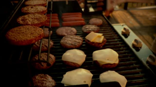 vidéos et rushes de cu tu td party scene, man preparing barbecue / brooklyn, new york - inclinaison vers le bas