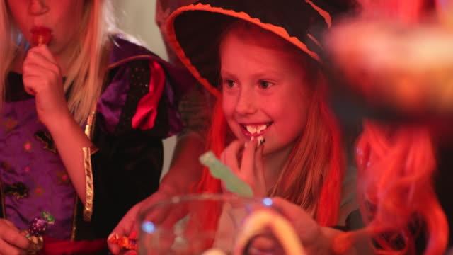 vídeos y material grabado en eventos de stock de party snacks - dulces