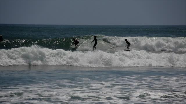 stockvideo's en b-roll-footage met party wave surfing topanga - malibu