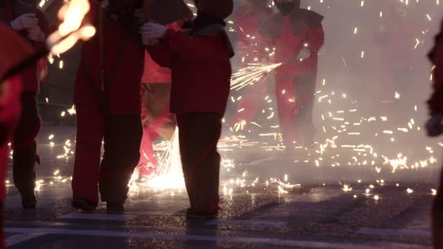 vídeos de stock, filmes e b-roll de pasacalles con fuego - inferno vida após a morte