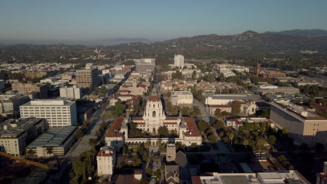 pasadena city hall - moving drone shot revealing the entire city - courtyard stock videos & royalty-free footage