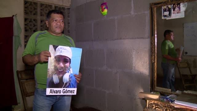 pasaron mas de 30 anos de las guerras civiles en nicaragua y el pais revive viejos fantasmas en medio de violentos enfrentamientos entre... - guerra civil stock videos and b-roll footage