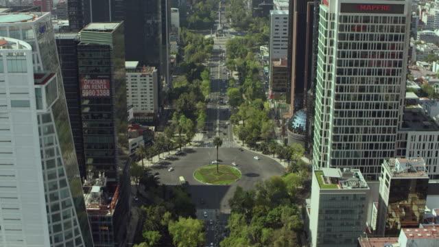 vídeos de stock, filmes e b-roll de paseo de la reforma in mexico city - monumento da independência paseo de la reforma