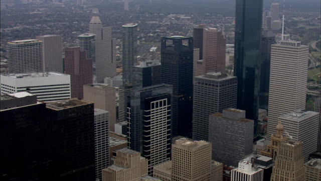 stockvideo's en b-roll-footage met pass various high-rise buildings & skyscrapers, including wells fargo plaza & heritage plaza. tx - b roll