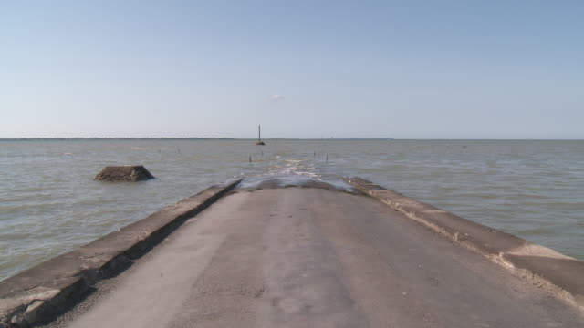 passage du gois  road submersible between french continent and noirmoutier islande low tide - low tide stock videos & royalty-free footage