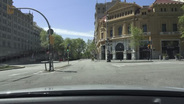 passeig de gracia boulevard with very little vehicle traffic on april 05, 2020 in barcelona, spain. spain ordered all non-essential workers to stay... - non urban scene stock-videos und b-roll-filmmaterial