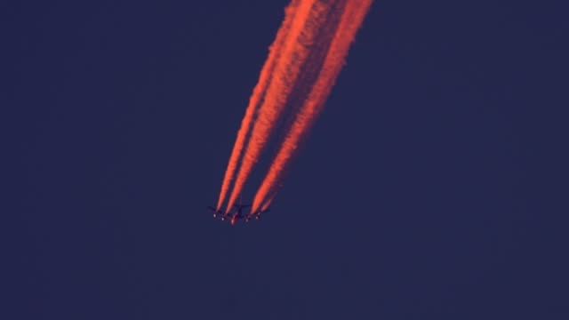 passenger airplane crossing the evening sky - wolkenloser himmel stock videos and b-roll footage