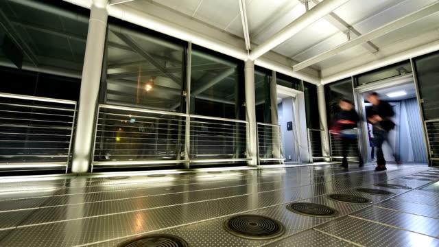 vidéos et rushes de passager arrivant à l'aéroport - panneau d'entrée