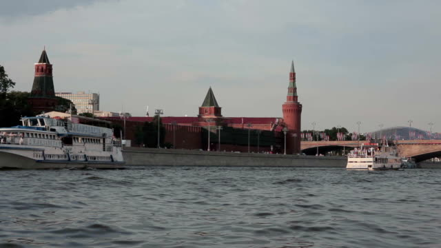 passenger boats are on the moscow river on the background of the moscow kremlin - moskau stock-videos und b-roll-filmmaterial