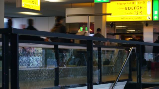 stockvideo's en b-roll-footage met passagiers vertrek op de luchthaven - münchen vliegveld