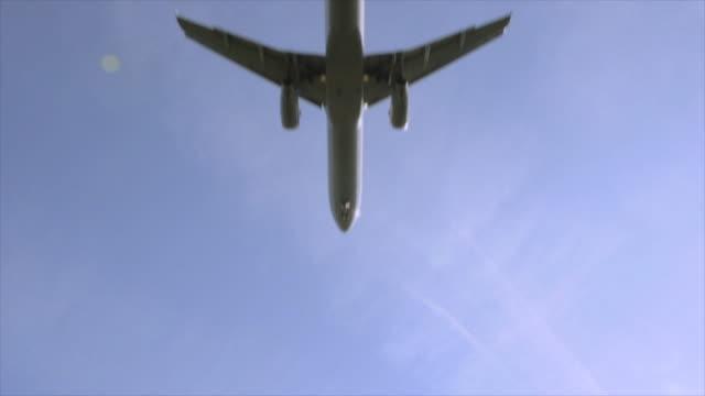 passagier-jet landung bei sonnenaufgang, schwenken aufnahme - aufnahme von unten stock-videos und b-roll-filmmaterial