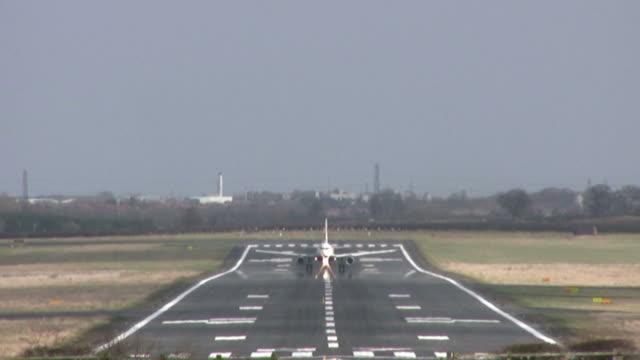 vídeos y material grabado en eventos de stock de avión de pasajeros tome la salida de - newcastle