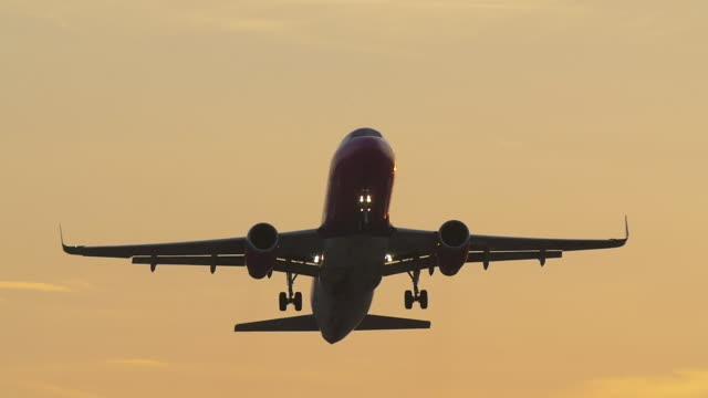 vídeos de stock, filmes e b-roll de passenger jet taking off evening. slow motion. - inclinação para cima