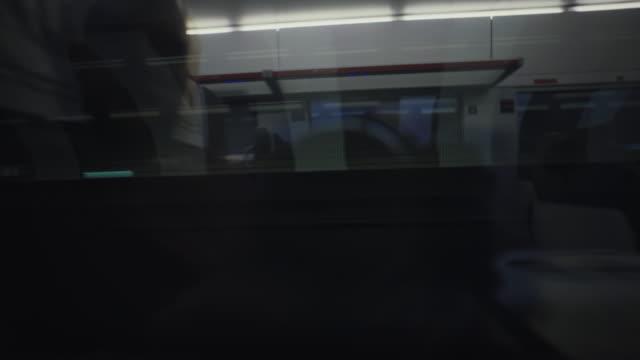 passagerare på tågets sidovy: reser i världen efter nedstängningen - railings bildbanksvideor och videomaterial från bakom kulisserna