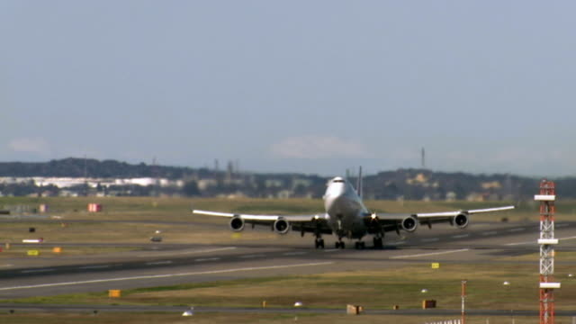 ws passenger plane taking off from kingsford smith airport/ sydney, australia - moving past点の映像素材/bロール