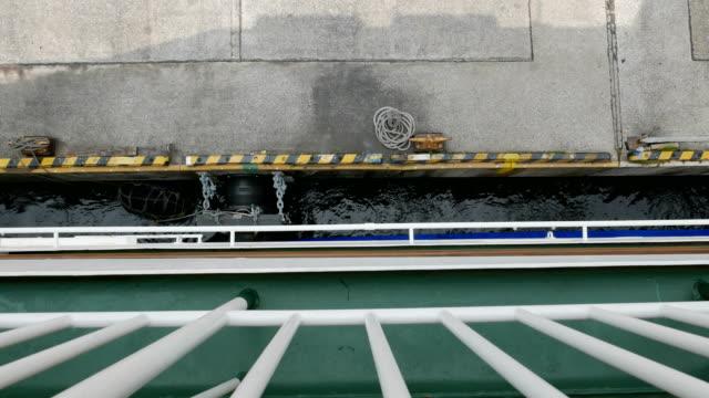 vídeos y material grabado en eventos de stock de amarre de buques de pasajeros en el puerto de la terminal de tokyo takeshiba, japón - pasear en coche sin destino