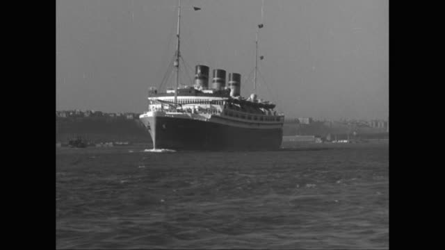 ws pov passenger ship on the hudson river, the palisades in background / united states - passagierschiff stock-videos und b-roll-filmmaterial