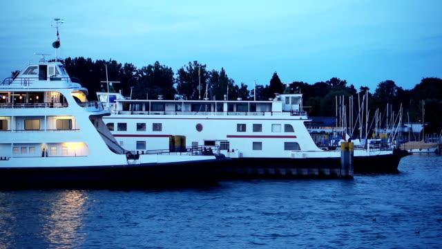 vídeos y material grabado en eventos de stock de barcos de pasajeros en el puerto - terminal de ferry