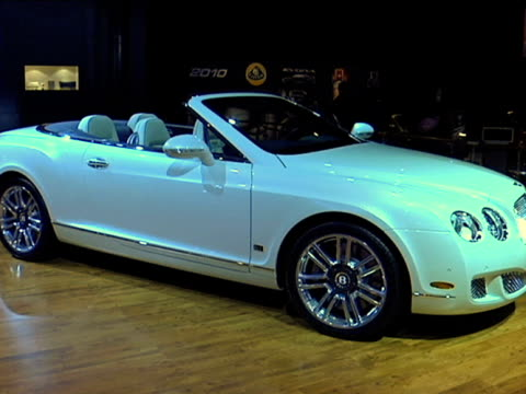 vídeos de stock, filmes e b-roll de ws passenger side profile of bentley convertible / ws driver side profile with door open / cu interior zo to ws driver side profilefootage is 43... - etanol