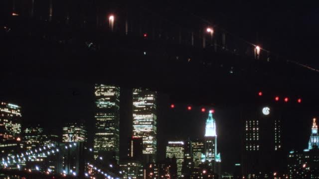 a passenger train crosses the brooklyn bridge in new york city, new york. - 1995 stock-videos und b-roll-filmmaterial