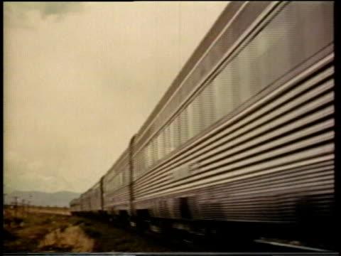 vidéos et rushes de 1941 ms passenger train crossing a grade / united states - train