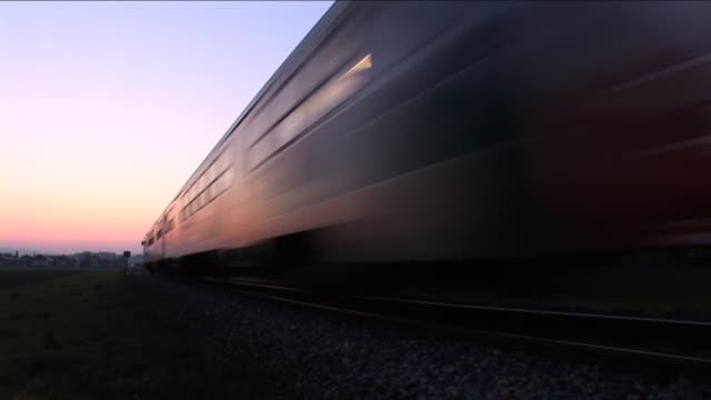vídeos y material grabado en eventos de stock de hd: tren de pasajeros - tren de cercanías