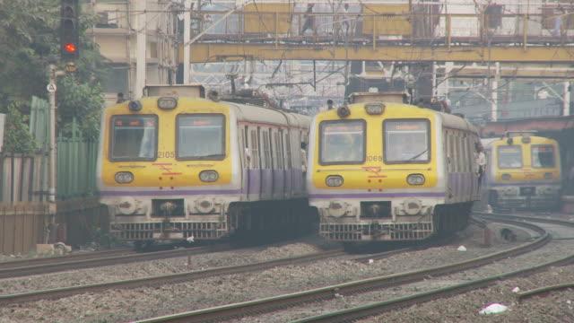 ms passenger trains / mumbai, india - bahnreisender stock-videos und b-roll-filmmaterial