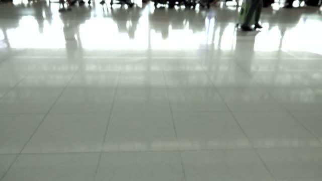 passagier zu fuß in flughafen - flugpassagier stock-videos und b-roll-filmmaterial