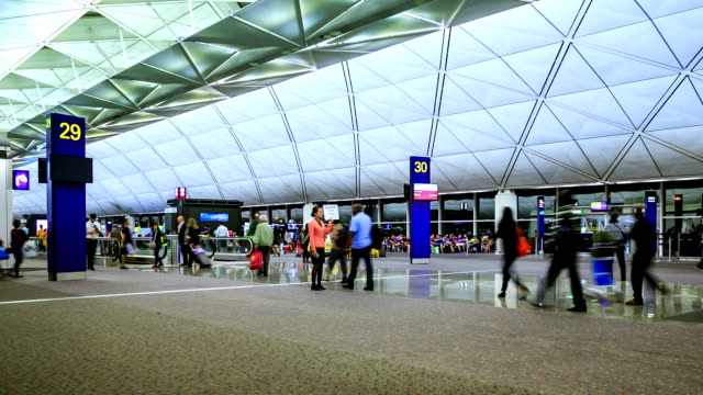 旅客徒歩で空港 - 香港国際空港点の映像素材/bロール