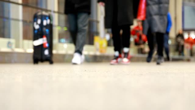 stockvideo's en b-roll-footage met passagier wandelen, wazig beweging - vloerbedekking