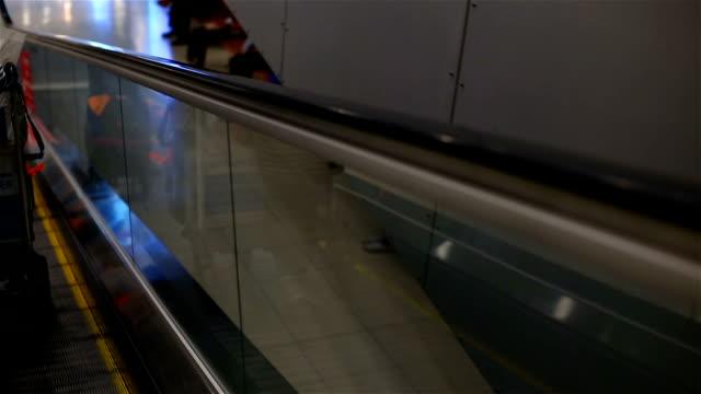 vídeos y material grabado en eventos de stock de pasajeros con equipaje en escalera eléctrica de la terminal del aeropuerto. - viaje de negocios