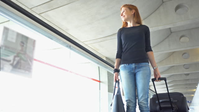 passenger with luggage on moving sidewalk - imbarcarsi video stock e b–roll