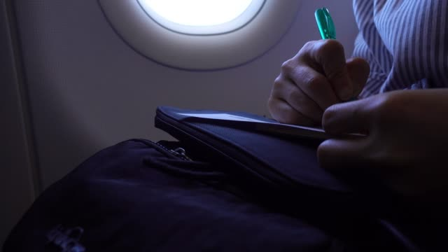 vídeos y material grabado en eventos de stock de pasajeros escribir y tenga en cuenta información - avión de papel