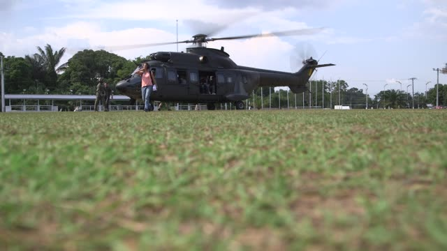 vídeos de stock e filmes b-roll de ls passengers aboard a helicopter in manaus brazil on december 10th 2013 manaus is the capital city of the northern state of amazonas in brazil it is... - amazonas state brazil