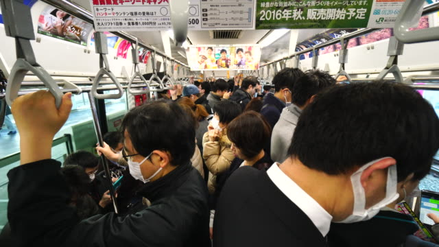 vidéos et rushes de passengers are getting in to morning crowded yamanote train. - train de banlieue