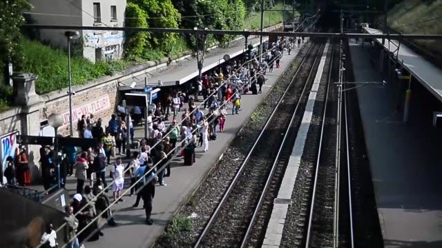 vidéos et rushes de passengers are seen at the meudon val fleury station as the french rail strikes continue in paris, france on june 08, 2016. - grève