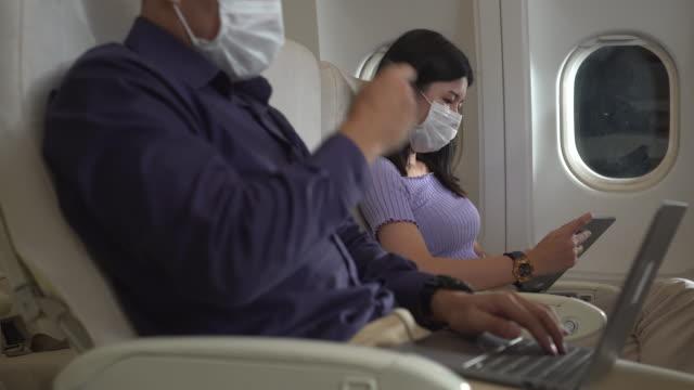 vidéos et rushes de les passagers sont assis et portent des masques. - transports publics