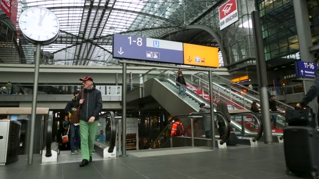 passengers arrive and depart from berlin's central station, also known as hauptbahnhof. - bahnreisender stock-videos und b-roll-filmmaterial