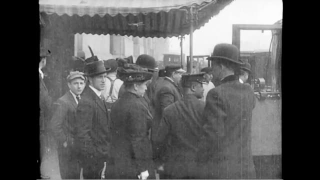 passengers arrive at the dock to board the last voyage of the lusitania. - 出来事の発生点の映像素材/bロール