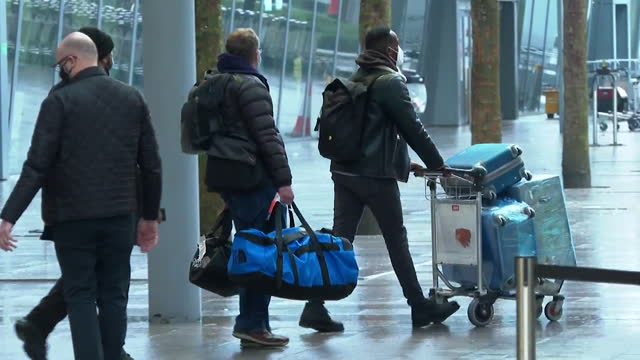 passengers arriving in the uk, escorted from heathrow airport and onto buses to be taken to quarantine hotels during the coronavirus pandemic - moving after stock videos & royalty-free footage