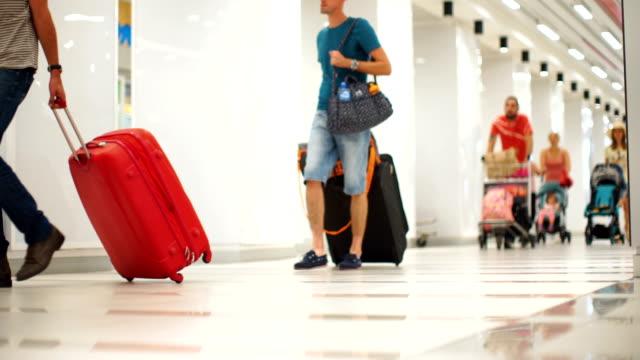 Passagiere auf einem Flughafen-Zeitraffer.