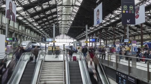 vidéos et rushes de passengers at gare de lyon in paris, france. - migration quotidienne