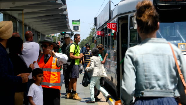 passengers board and disembark a tram on st kilda road shots of melbourne's iconic transport system taken on december 01 2016 in melbourne australia - straßenbahnstrecke stock-videos und b-roll-filmmaterial