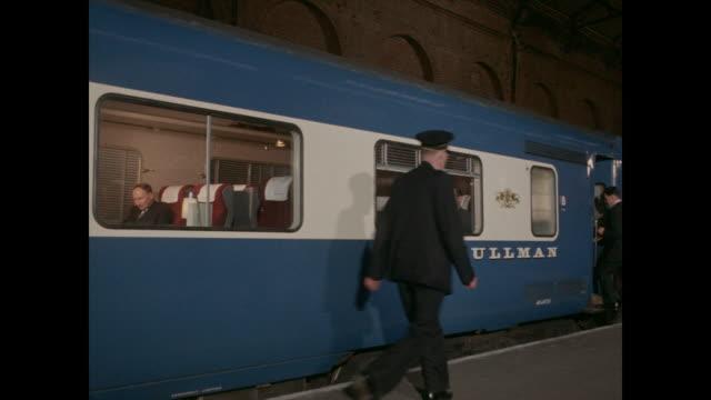 vidéos et rushes de 1960 - passengers board diesel pullman at manchester central railway station - wagon